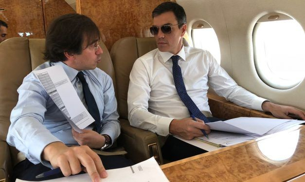 Los memes del look de Pedro Sánchez con gafas de sol en un avión