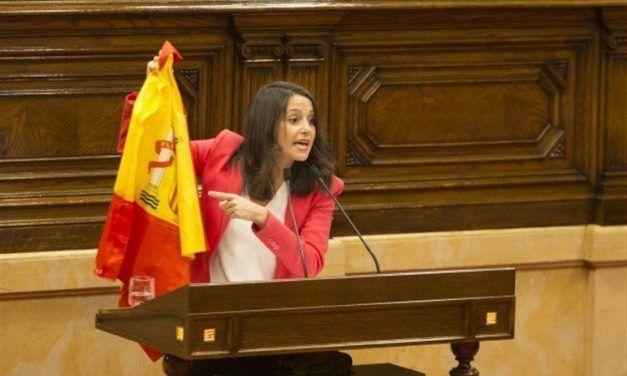 Inés Arrimadas saca la bandera de España y Twitter se llena de memes