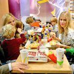 Críticas a Pablo Casado por hacer campaña en Andalucía en un McDonalds