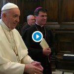 Las cobras del Papa Francisco al saludar, carne de memes y vídeos